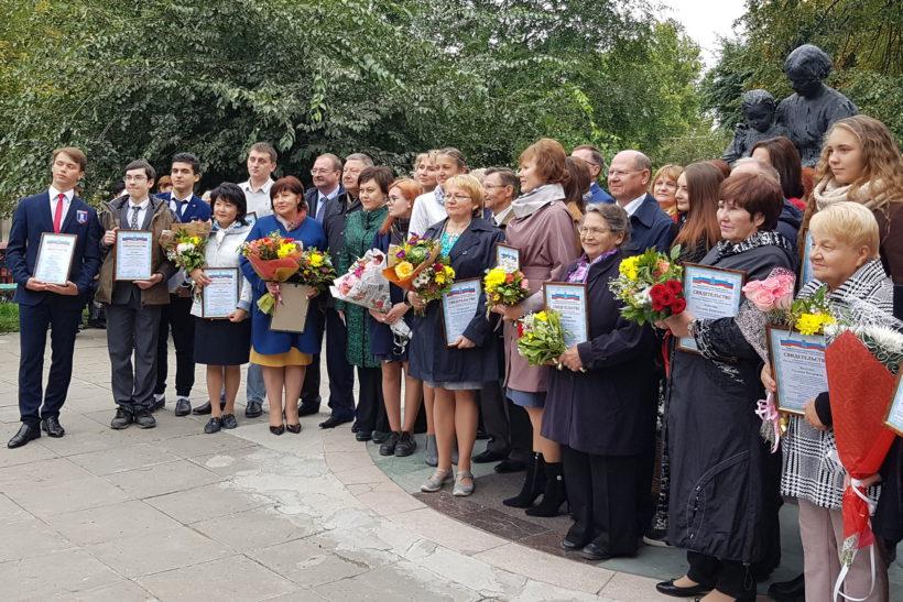 Лучшие педагоги области занесены на Доску почета работников образования.